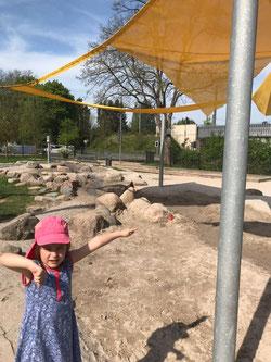 Daumen runter! Leonie Lehberger, Tochter von Frank Schmidt, sonntags morgens auf dem Walpershofer Spielplatz, den die Familie öfters mit der Saarbahn besucht.