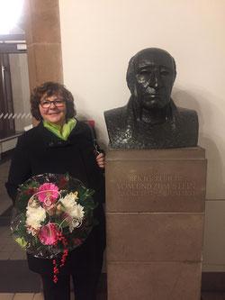 Monika Rommel neben der Büste von Freiherr-vom-Stein im Rathaus Saarbrücken (Foto: SPD Riegelsberg)