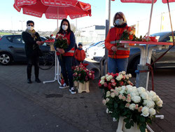 Katja Simon (rechts), Vorsitzende der Arbeitsgemeinschaft sozialdemokratischer Frauen der SPD Riegelsberg/Walpershofen verteilt gemeinsam mit Carolin Lehberger (Mitte) Rosen zum Weltfrauentag.