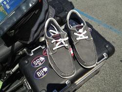 Vergisst man bei Kurztripps gerne: Schuhwerk für nach dem Fahren…