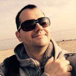 Maik Schiewe, DJ am Strand mit Sonnenbrille
