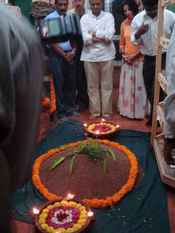 journée mondiale de la terre avec en offrande un monticule de semences de millet chez jayaram
