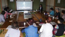 一般質問の様子をビデオで観る参加者