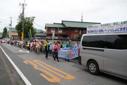 蓮田中央小学校前を出発する隊列