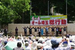 壇上で手を取り合う4野党の代表たち