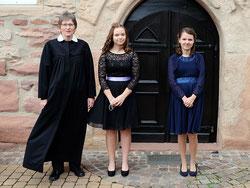 Pfarrerin Groß mit Helene Amlung und Emely Schuchardt