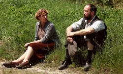 Mathilde Seigner et Olivier Gourmet, à la tête des villageois sur les routes de l'exode (©Pathé Distribution).