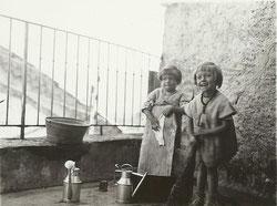 Mireille (à dr.) et sa soeur Denise sur la terrasse de Montmaur