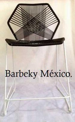 Silla de metal tejida para  barra uso interiores y exteriores.