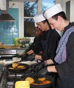 Jugendliche aus dem Mikroprojekt in der Küche des Mehrgenerationenhauses