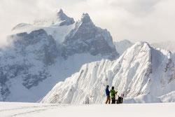 ヨーホーの名峰カセドラル・マウンテンに向かって滑る