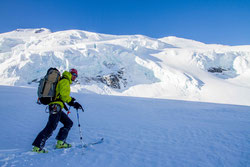 懸垂氷河が間近に迫る中を徐々に登る