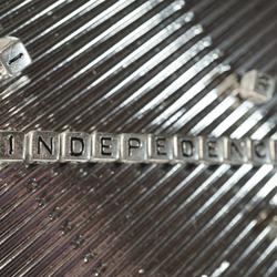 """Silberne Scrabble-Steine bilden das Word """"EINDEPENDANCE"""""""