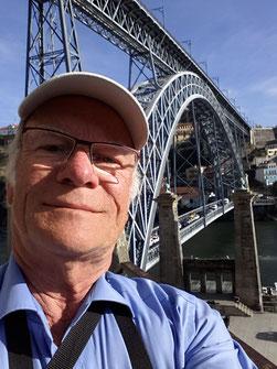 Der Autor vor der Ponte Luís I in Porto