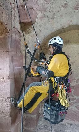 SZP: Der Höhenarbeiter ist redundant gesichert: Durch ein Tragseil und ein Sicherungsseil.