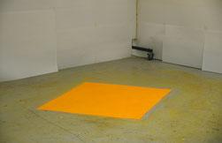 Matthieu van Riel Schilderijen. Zonder titel 140x160x0,1cm pigment op vloer 1986