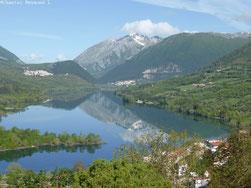lac et villages qui l'entourent, montagne en fond