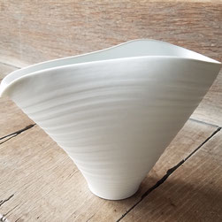 磁の片口:晩香窯の庄村久喜が制作した日本酒を楽しむためのうつわ。お酒以外にもドレッシング容器や花入の器として使っても楽しいアイテム