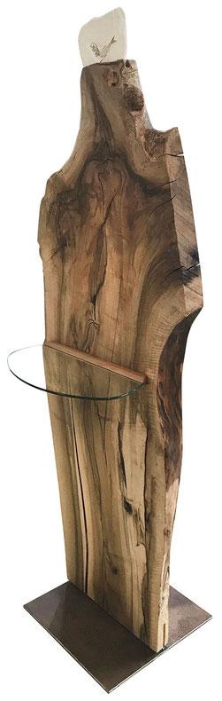 Standobjekt aus einer Nussbaum-Scheibe (schräge Ansicht), mit Glasablage mittig und Fossil Fisch oben