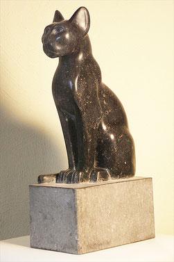 Gartenskulptur  ungewöhnlich schöne Katze. Göttin in gestalt einer Katze. Katze aus schwarzem Stein, Kalkstein. Alte Göttin. Schöne elegante Katzenfigur aus Stein.