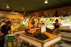 これはどこぞの海外のスーパー。ナッツとかドライフルーツの量り売りもしている