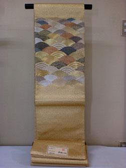 西陣まいづるの本金箔袋帯で、古典的な青海波をお太鼓柄にした豪華な袋帯です