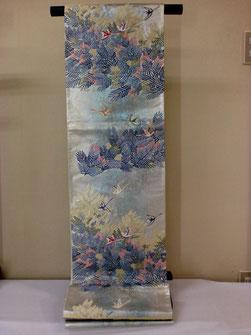 西陣となみ織物で、加賀友禅作家百貫華峰の柄を引き箔と多彩な色で織り成した豪華な袋帯です