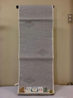 真綿かけ、糸つむぎ、かすりくくり、染色、いざり機で製織とすべて手作業で織り上げる本場結城紬