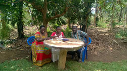 Die beiden Leiter Dorothy und Shadi mit Flora (Mitte) beim Planungsgespräch.