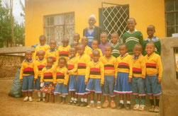 Eröffnung des Kindergartens 2013. Die schwarz/rot/goldenen Pullis sind ein Dankeschön der Tansanier an die deutschen Spender; blau/weiß/rot gilt als Dankesgruß den australischen Spendern.