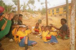 """Das Frühstückshüttchen schützt vor der Tropensonne und dient auch als """"Klassenzimmer"""" für Teilgruppen."""