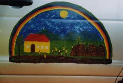 Das symbolische Gemälde von Entwicklungshelferin Ine Scheidecker schmückt die Tür des Kindergarten-Zubringers.