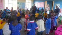 Die Kinder tanzen begeistert zur Ehrung ihrer europäischen Gäste.