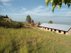 Die Schulgebäude im April 2017, das dritte fast vollendet.