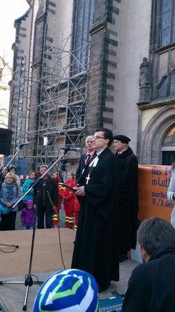 Благословение 500 конфирмандов перед дверью 95 тезисов Замковой церкви