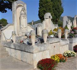 entretien-sepulture-funeraire-ornement-floral-arbuste-plaque-funeraire