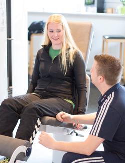 Trainer erklärt das Gerät und seine Funktion im Therapiezentrum Blender