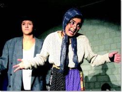 Kabarett der Spitzenklasse mit Vassilissa Airaudo und Ayda Khalilallafi erlebten die tobenden und applaudierenden Besucher im Veranstaltungsraum des Humboldt-Gymnasiums. (Foto: Thomas Dauber)