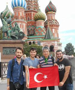 モスクワ「赤の広場」でトルコの青年たちと。次に陸路でウクライナ・ベラルーシ・バルト3国・フィンランドへ!