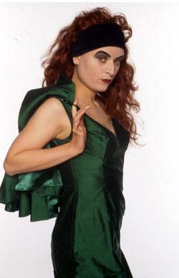 "Bridge Markland (im grünen Abendkleid, schwarzes Haarband, stark ""dämonisch"" geschminkt)"