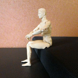 イスに座った人形