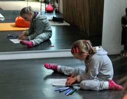Ein Mädchen malt ganz konzentriert ihr Bild zum Thema Ostern aus.