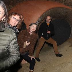 Gabriele Dienstl mit Kursteilnehmern bei einer Führung durch einen Weinkeller.