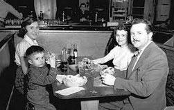 Parents et enfants dans un fast-food. Années cinquante, Nebraska