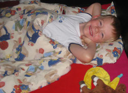 Ein Kind fit und ausgeruht nach dem Mittagsschlaf.