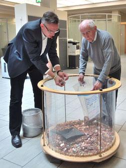 Foto: v.l.nr. Herr Hinsenbrock von der Sparkasse und Herr Haueis vom KBV bei der Arbeit.