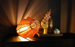 Holz Tischlampe aus Holz Lamellen mit LED.