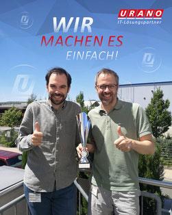 Nahmen den Pokal fürs größte Team stellvertretend entgegen: Sebastian Klein (links), Head of Consulting Services, und Marketing-Leiter Stephan Brust.