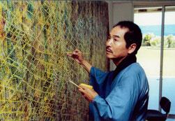 アトリエにて面相筆で描く「松井守男画伯」