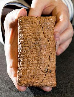 La tablilla es de barro, con escritura cuneiforme y del tamaño de un móvil. / © Dale Cherry